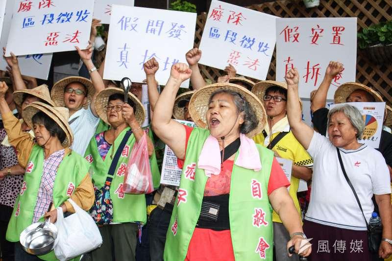 圖為社子島居民自救會為「反對區段徵收迫遷」至市府請願。(蔡親傑攝)