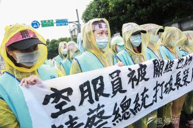 長榮空服員罷工已進入第7天,綠黨議員王浩宇指出,空服員的網路聲量逐漸下滑,在罷工第2天便已呈現黃金交叉。(資料照,簡必丞攝)