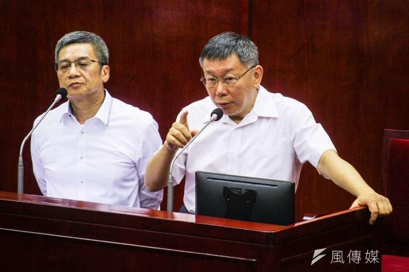 台北市長柯文哲(右)至市議會進行大巨蛋專案報告,左為柯文哲高中同學、北捷董事長李文宗。(蔡親傑攝)