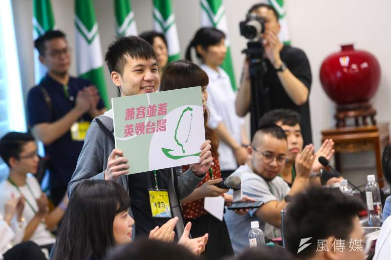 20190625-民進黨中央黨部25日舉行「2019青年入陣-民主新星研習營」,參加學員各組提出「兼容並蓄,英領台灣」等不同口號做為成果發表。(顏麟宇攝)