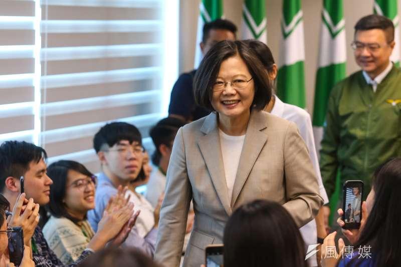 繼日前訪問台灣新創公司Whoscall,總統蔡英文9日則前往「Dcard」公司參訪。近來頻走訪新創公司,搶攻青年票意味濃厚。(資料照,顏麟宇攝)
