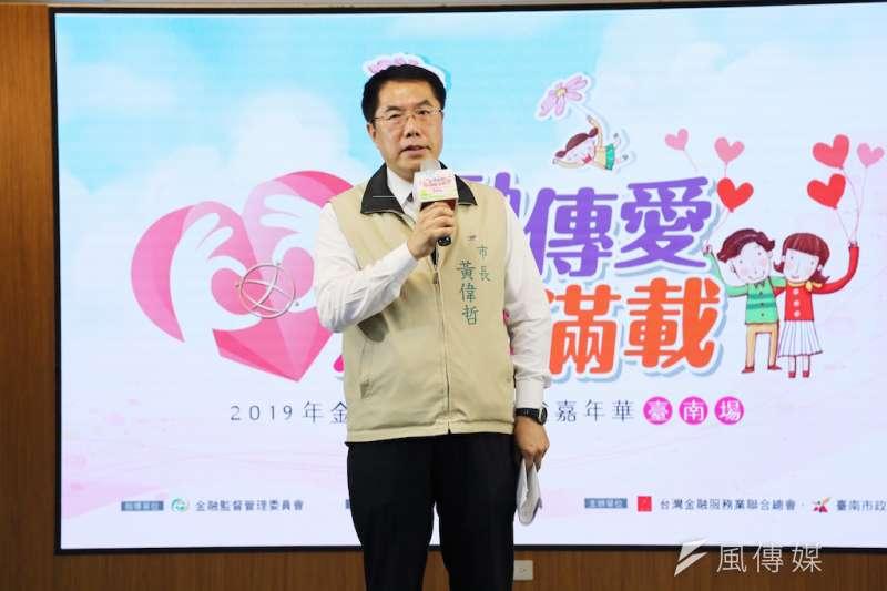 台南市長黃偉哲熱情邀約金融總會的行善之舉能再多開辦幾場。(圖/徐炳文攝)