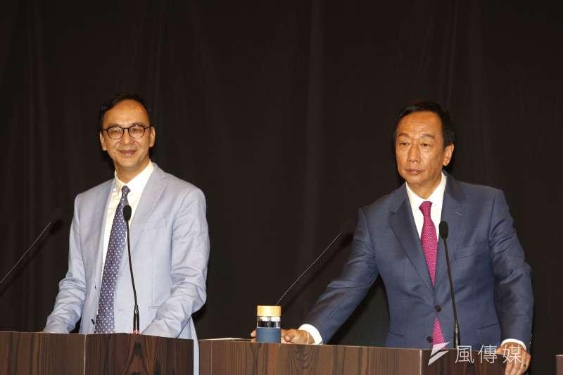 前新北市長朱立倫(左)向前鴻海董事長郭台銘(右)下戰帖說,「不是成為最大的企業,就表示最懂經濟、最懂財經。」(新新聞郭晉瑋攝)