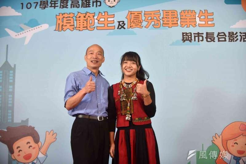 韓國瑜(左)說,十分鼓勵年輕學子勇於表達意見,也希望孩子們在學習中優異表現,合影留下人生旅途完美的紀念。(圖/徐炳文攝)