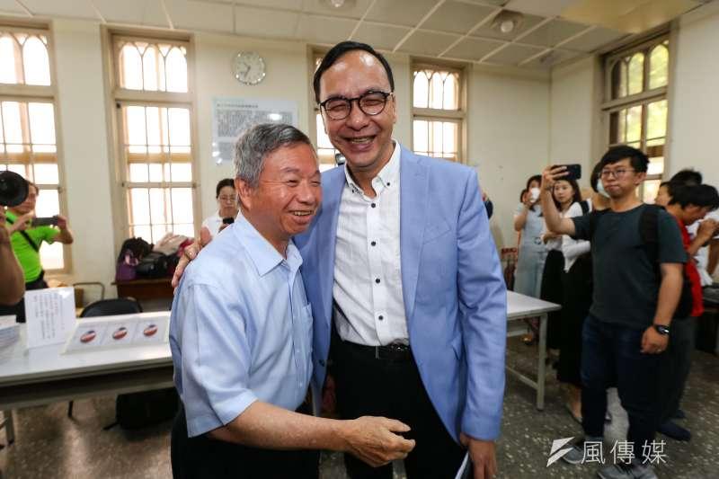 前新北市長朱立倫(右)25日出席前衛生署長楊志良(左)《中華民國如何不亡》新書發表會。(顏麟宇攝)