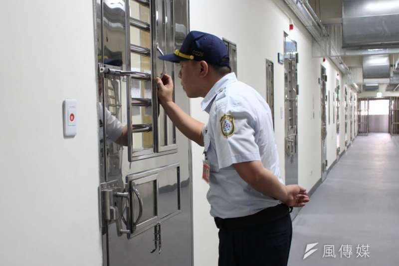 監獄人力不足,戒護受刑人成為第一要務。圖為管理員巡房。(侯柏青攝)