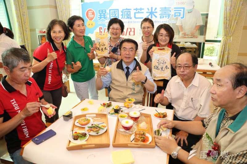 臺南芒果盛產季節即將來臨,市長黃偉哲(中)於市政會議中說,一定要落實芒果品質及市場價格分級。(圖/徐炳文攝)