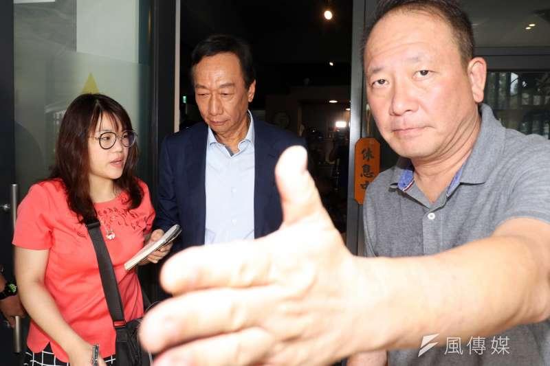 本名張寶文的寶哥(右),幾乎就是台灣明星保鑣代名詞,也因為有明星保全累積的經驗、人脈、口碑,讓他如今成為台灣首富郭台銘(中)角逐國民黨2020總統大選時黨內題名期間的貼身隨扈。(蘇仲泓攝)