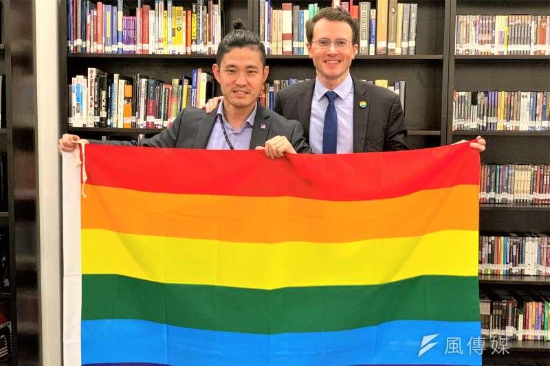 美國在台協會(AIT)慶祝同志驕傲月,AIT經濟組副組長羅峻平與同性伴侶高陽(簡恒宇攝)