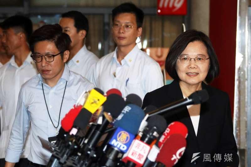 《選罷法》規定罷免總統有雙門檻,國民黨議員羅智強說,罷免總統蔡英文(右一)是不可能的任務。(蘇仲泓攝)