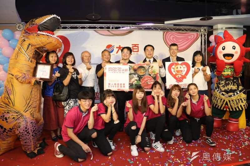 台南大遠百公園舉辦肉多多火鍋開幕公益餐會。(圖/徐炳文攝)