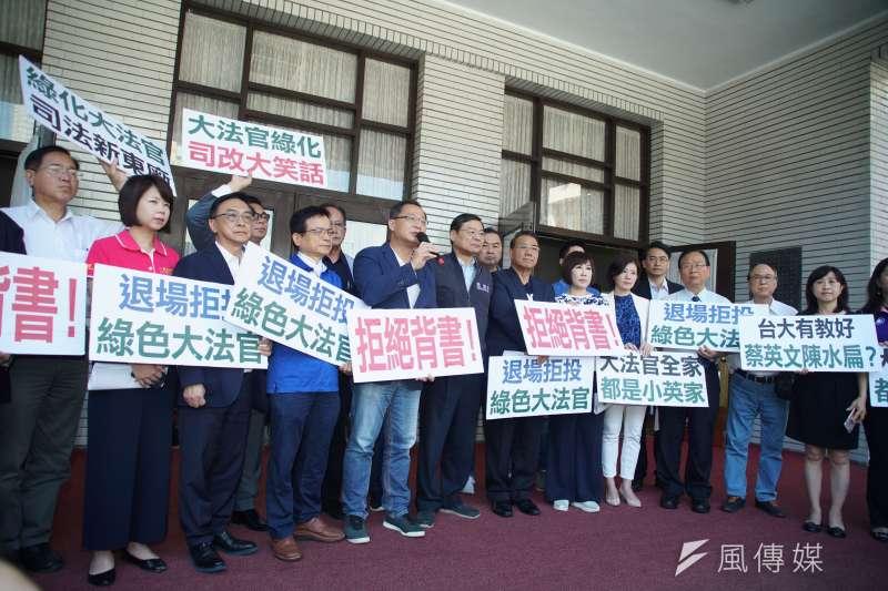 國民黨團於議場門口抗議大法官提名,表達拒絕投票立場。(盧逸峰攝)