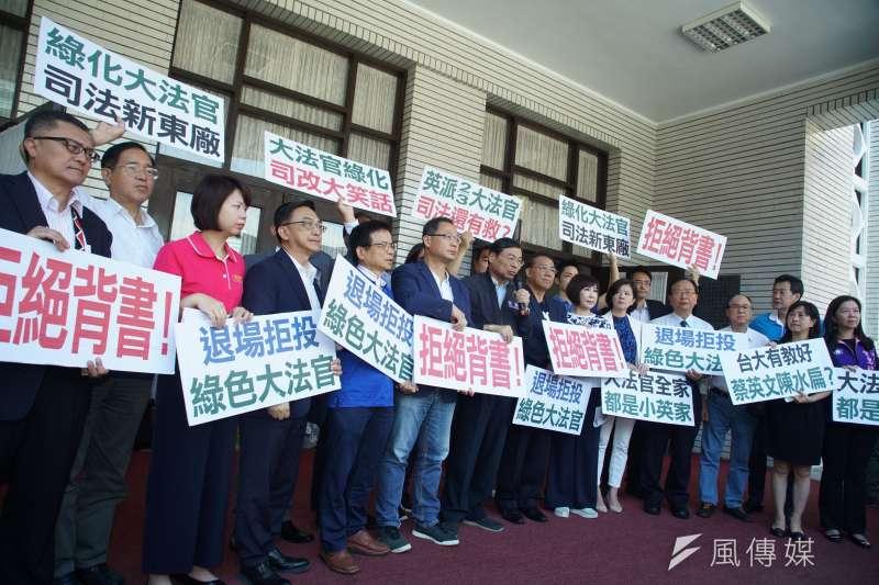 20190627-國民黨團於議場門口抗議大法官提名,表達拒絕投票立場。(盧逸峰攝)