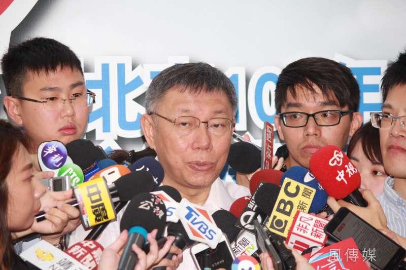 台北市長柯文哲27日上午前往民生社區出席民政團隊聯合頒獎典禮,會前受訪時回應雙子星案。(方炳超攝)