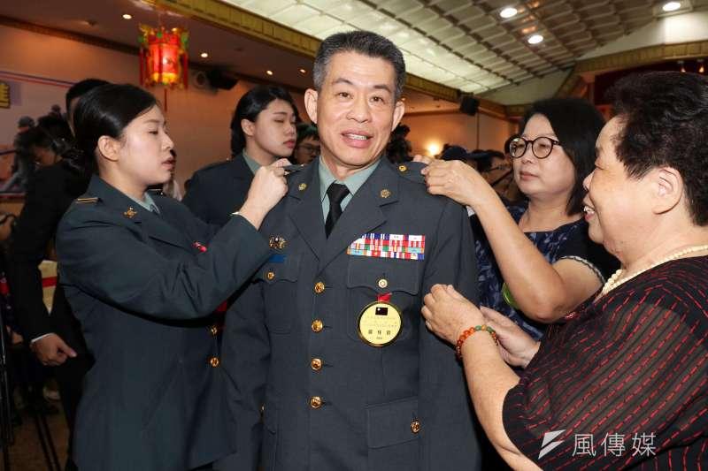 國防部政務辦公室主任王紹華中將,左為其同為職業軍人的女兒,協助爸爸掛上第二顆將星。(蘇仲泓攝)