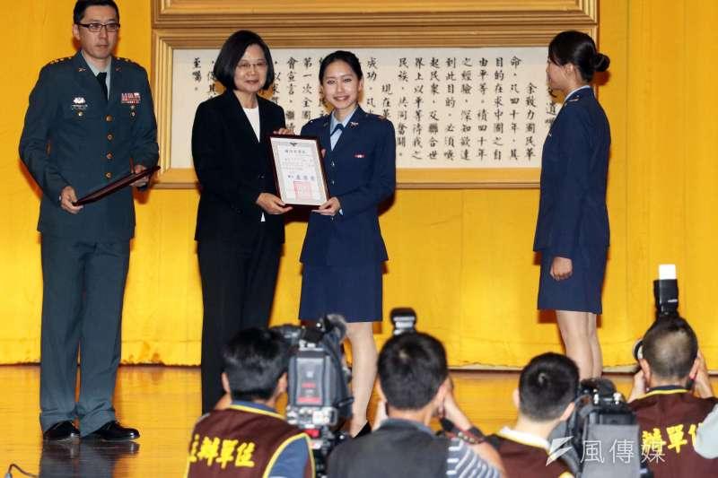 總統蔡英文(左二)今(28)日上午出席「108年三軍六校院聯合畢業典禮」。(蘇仲泓攝)