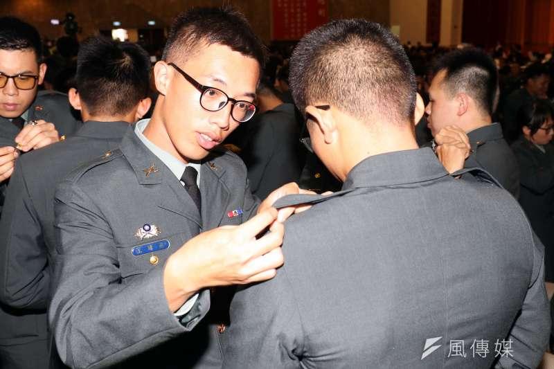 20190628-高雄陸軍官校今(28)日上午舉行「108年三軍六校院聯合畢業典禮」,畢業生兩兩掛階。(蘇仲泓攝)