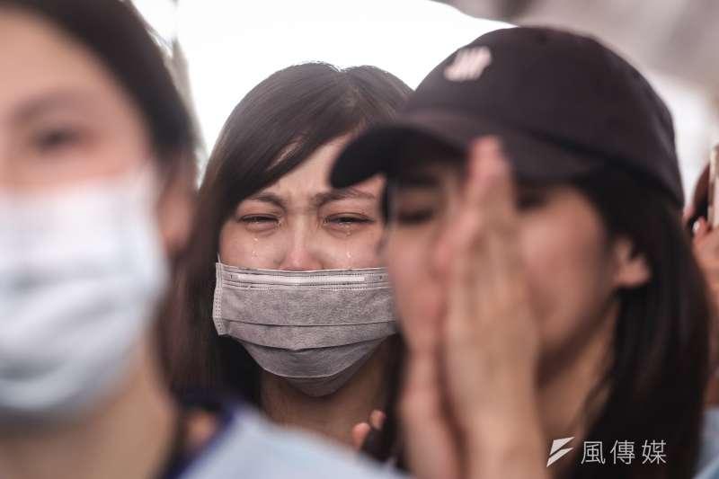 20190629-南崁長榮航運大樓前長榮空服員罷工,29日下午宣布投票結果,現場聲援空服員情緒激動落淚。(陳品佑攝)