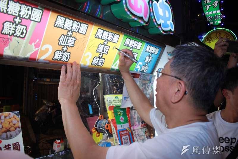 台北市長柯文哲29日到墾丁大街參觀,受到民眾熱烈歡迎。(方炳超攝)