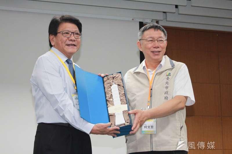 台北市長柯文哲(右)29日前往屏東進行市政交流,和屏東縣長潘孟安(左)合影。(方炳超攝)