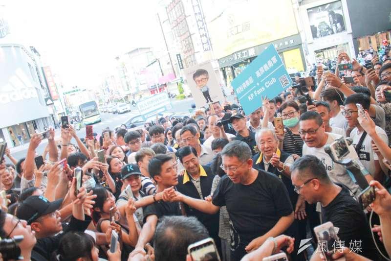 台北市長柯文哲上周造訪屏東市慈鳳宮,受到民眾熱烈歡迎。(方炳超攝)