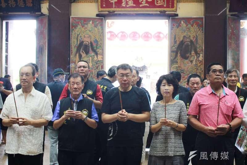 20190630-台北市長柯文哲30日繼續在屏東縣的私人行程,上午前往車城福安宮參拜。(方炳超攝)