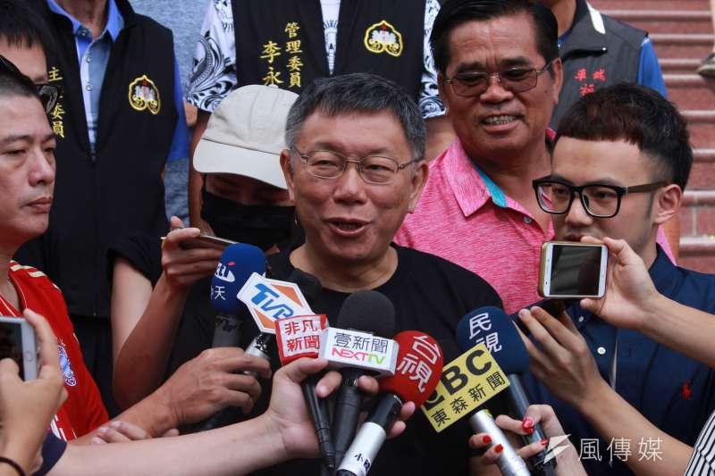 台北市長柯文哲30日繼續在屏東縣的私人行程,上午前往車城福安宮參拜。(方炳超攝)