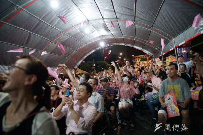 一起陪長榮空服罷工,Fight for EVA Strike晚會,民眾射紙飛機表達訴求。(盧逸峰攝)