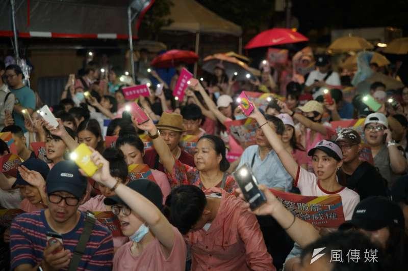 20190702-一起陪長榮空服罷工,Fight for EVA Strike晚會,民眾齊聲歡唱。(盧逸峰攝)