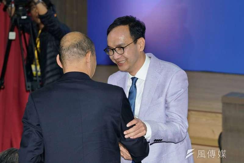 20190703-國民黨國政願景發表會,高雄市長韓國瑜與ˋ前新北市長朱立倫握手寒暄。(盧逸峰攝)