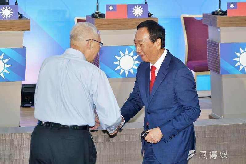 20190703-國民黨國政願景發表會,主席吳敦義與鴻海前董事長郭台銘握手寒暄。(盧逸峰攝)