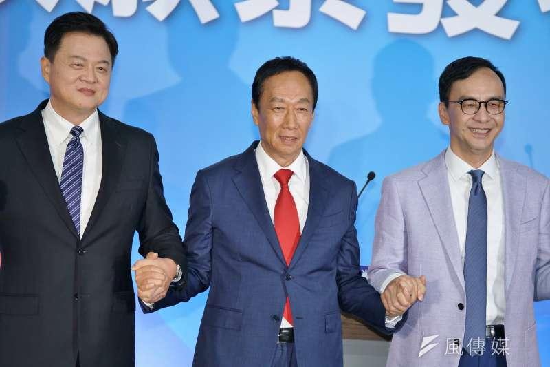 前鴻海董事長郭台銘(中)說,「總統級政見會變縣市長級,很委曲我。」左為前台北縣長周錫瑋、右是前新北市長朱立倫。(盧逸峰攝)
