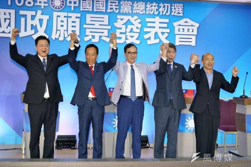 20190703-國民黨國政願景發表會會前合影,(左起)周錫瑋、郭台銘、朱立倫、張亞中、韓國瑜。(盧逸峰攝)