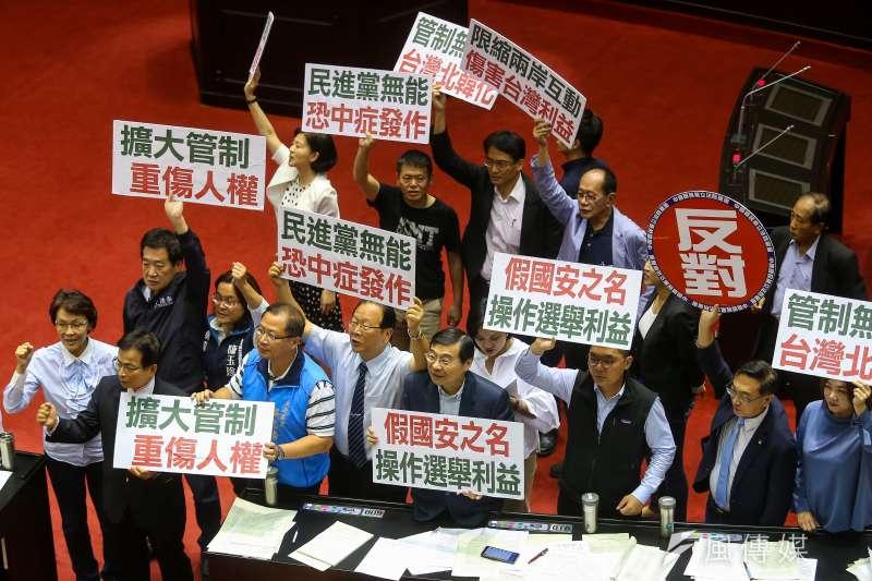 國民黨立院黨團高舉「假國安之名,操作選舉利益」等標語抗議反對。(顏麟宇攝)