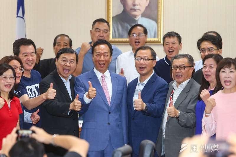 國民黨總統初選參選人郭台銘拜會國民黨立院黨團,並一同合影高喊郭台銘加油。(顏麟宇攝)