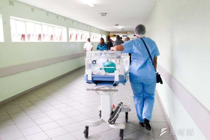 醫護人員流失情況嚴重,其原因不僅是因為過勞(圖/Unsplash)