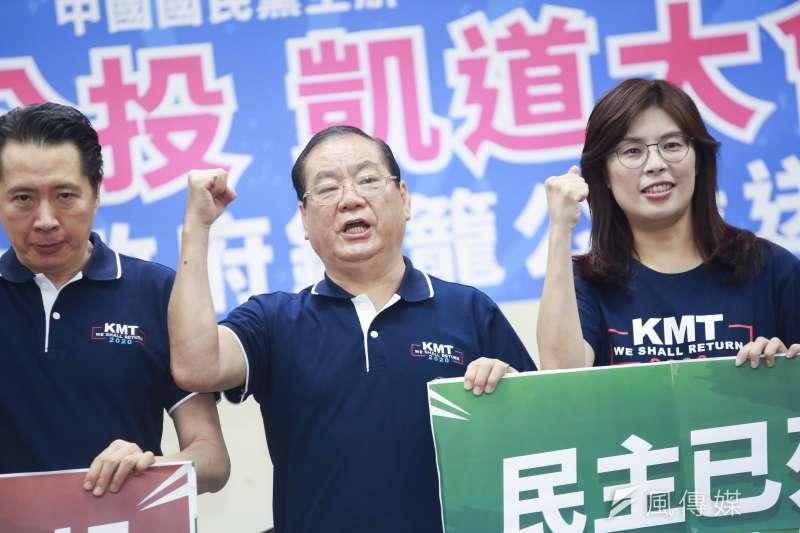國民黨副主席曾永權(中)主持「反鐵籠公投凱道大會師」活動前記者會。(簡必丞攝)