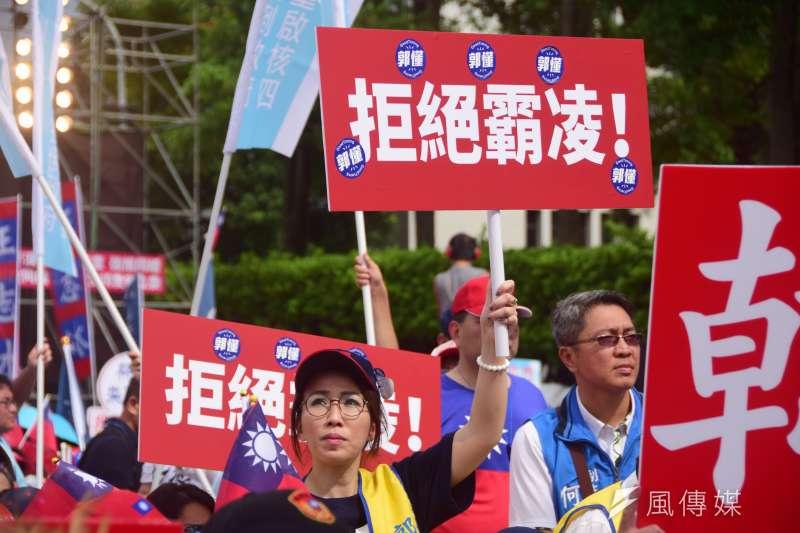 國民黨舉辦反鐵籠公投凱道大會師。(吳俊廷攝)