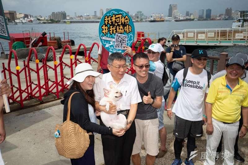 台北市長柯文哲6日到高雄旗津天后宮參拜,之後搭渡輪到鼓山品嚐海之冰。途中也遇到民眾一起拍照。(柯粉俱樂部提供)