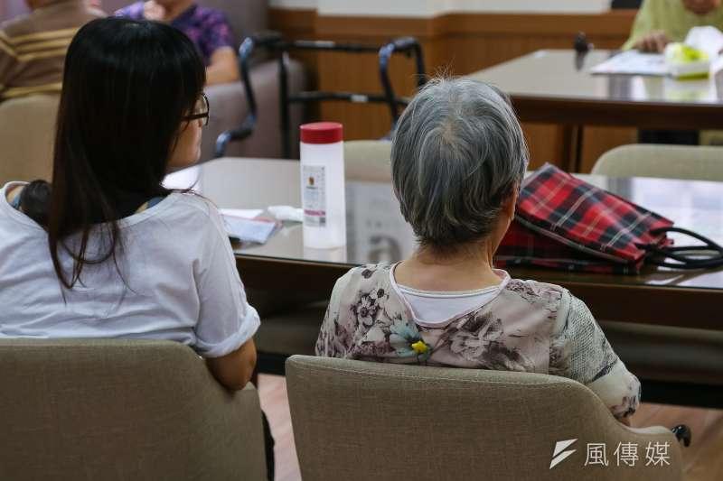 中高齡就業法對矯正職場的年齡歧視應有幫助,讓中高齡者更容易重返職場;圖為長照中心的老人。(顏麟宇攝)