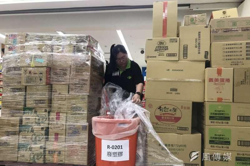 家樂福進貨用的塑膠包膜,店員示範拆除回收。(廖羿雯攝)