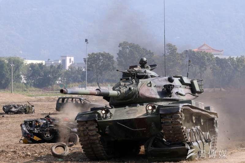 M60A3及CM11是我國地面部隊的主戰戰車,1990年代起撐起國軍戰車主力,車齡至今約落在30年左右。圖為M60A3戰車直接碾壓報廢汽車,展現戰車威力。(資料照,蘇仲泓攝)