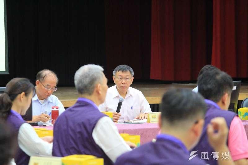 台北市長柯文哲10日上午參加信義區里長座談。(方炳超攝)