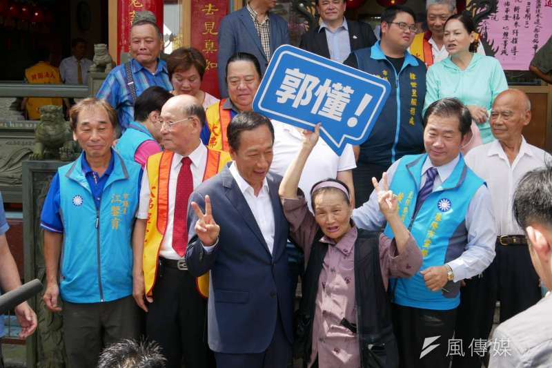 20190710-鴻海創辦人郭台銘10日上午到基隆市中正公園大佛禪院參拜,與支持民眾合影。(潘維庭攝)