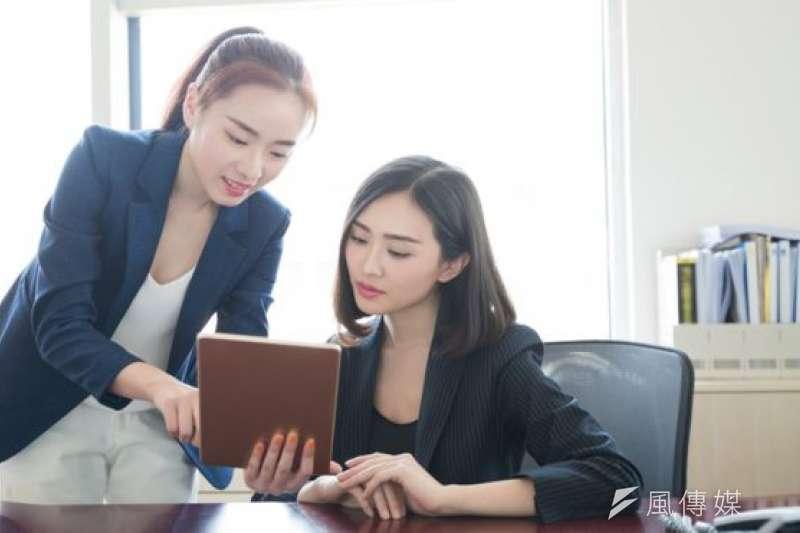 英國華人受教育程度較高,多從事專業性工作,這是收入比較其它族裔僱員相對較高的一個原因。(BBC中文網)