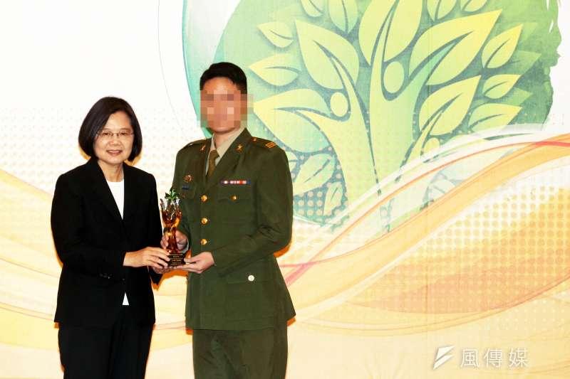 20190711-總統蔡英文(左)日前表揚緝毒有功人員,圖中的是台北憲兵隊調查官(右),以實際面目現身,其必要性也引發討論。(蘇仲泓攝)