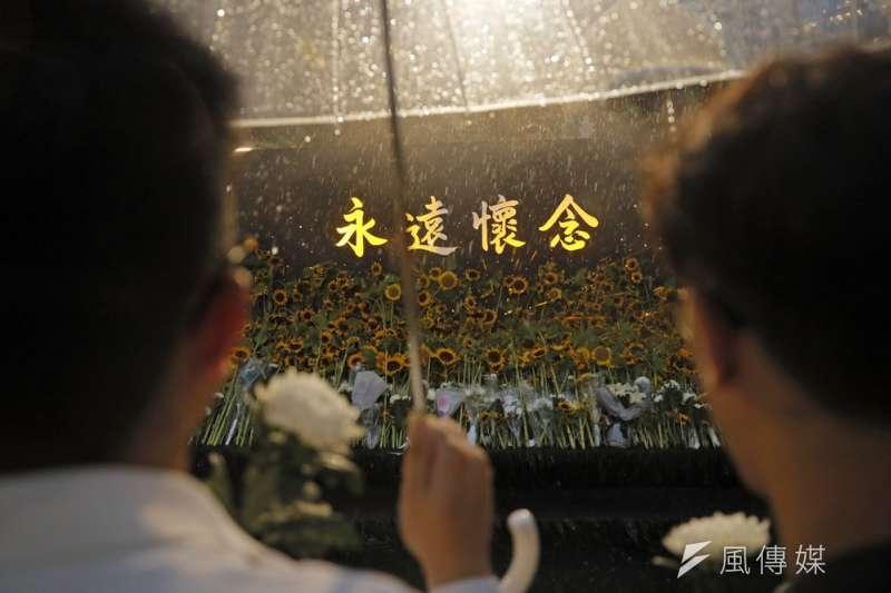 梁凌杰父母11日於香港殯儀館設靈,場外設有公眾告別禮。(AP)