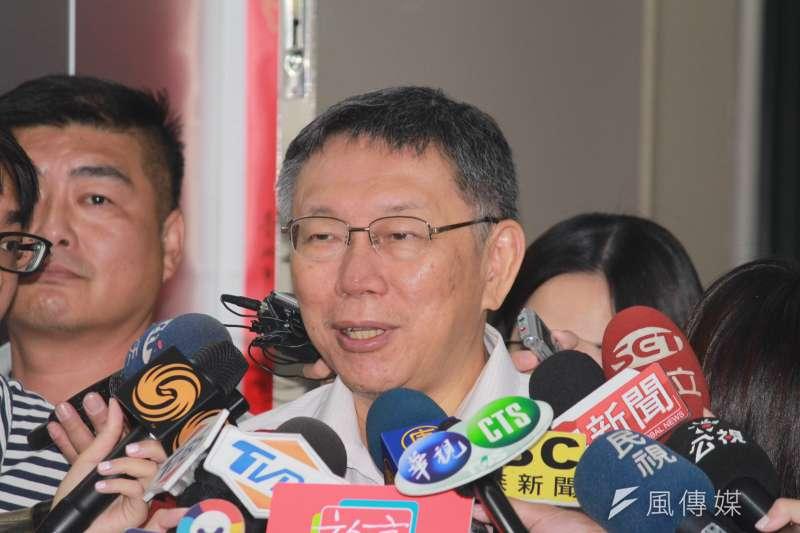 台北市長柯文哲12日上午在市府接受訪問,被問及是否參選2020總統,柯文哲表示,目前暫時沒計畫。(方炳超攝)