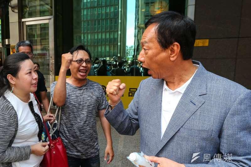 民黨總統初選參選人郭台銘於媒體聯訪後,支持者上前高喊加油。(顏麟宇攝)