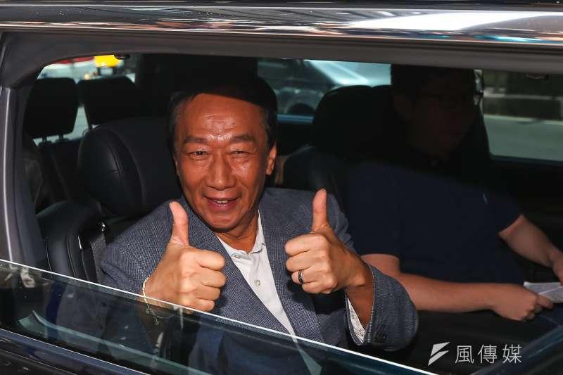 國民黨總統初選參選人郭台銘12日於媒體聯訪上車後,比讚回應支持者。(顏麟宇攝)